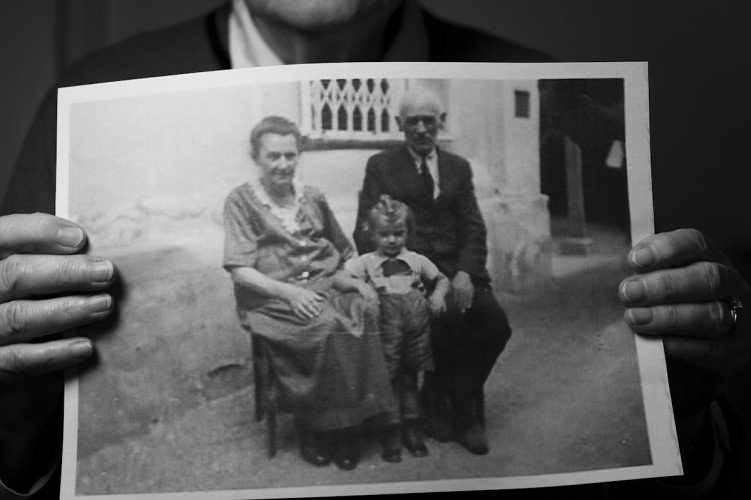Charlotte Lang (2) with her maternal grand parents in Modling 1937. They were later killed in Treblinka